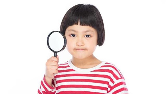 虫眼鏡を持つ少女