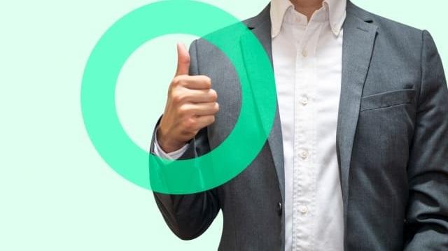 スーツ姿で親指を立てる男性