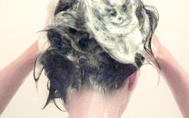 髪の毛を洗う女性