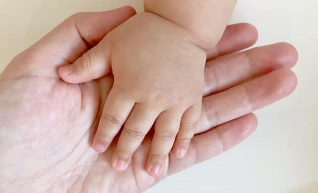 母親と赤ちゃんの手